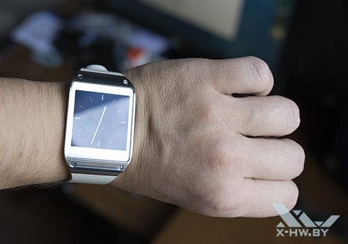 Samsung Galaxy Gear на руке. Рис. 2