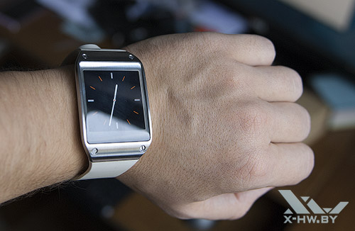 Samsung Galaxy Gear на руке. Рис. 1