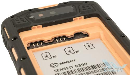 Разъемы для SIM-карт и карты microSD на Senseit R390