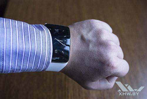 Samsung Gear S под рукавом