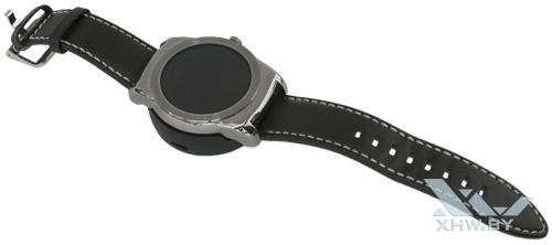 LG Watch Urbane в зарядке