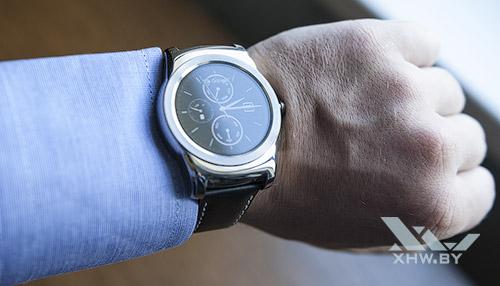LG Watch Urbane на руке