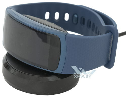 Samsung Gear Fit 2 на зарядке