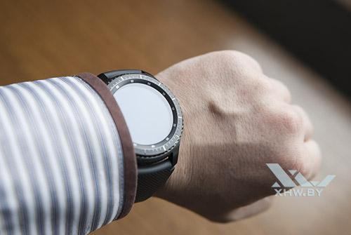Samsung Gear S3 Frontier на руке