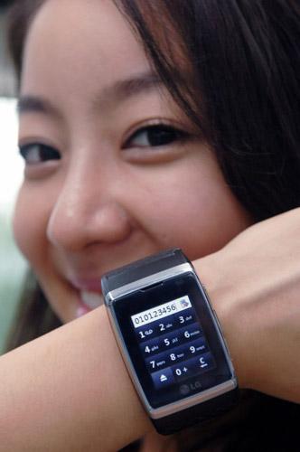 Часы-телефон LG