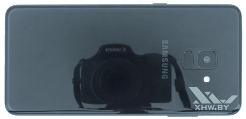 Сзади Samsung Galaxy A8+ (2018) также залит стеклом