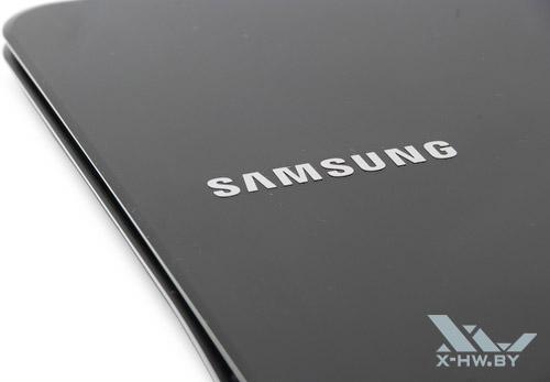 Логотип Samsung на внешней крышке Samsung 900X3A