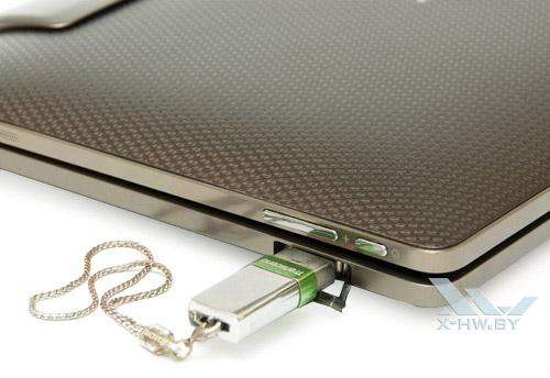 USB-флэш накопитель в USB-разъеме на ASUS Eee Pad Transformer TF101