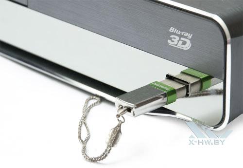 USB-флэшка, вставленная в USB-разъем Philips BDP9600