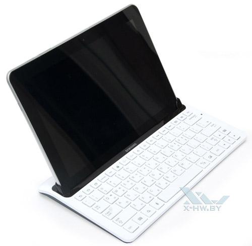 Samsung Galaxy Tab 10.1 в док-станции. Вид слева